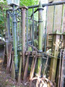 oude gietijzeren hekpalen