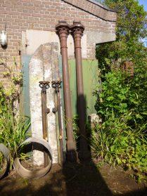 oude gietijzeren stationpalen