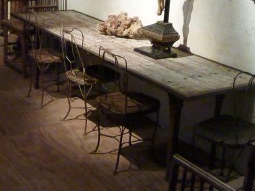 Lange eettafel met houten blad = vrachtwagenpaneel-gietijzeren poten