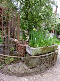 Tuinbakken en frans ijzeren balkonhek