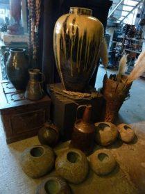 Chinese pot 70 cm. hoog en keivazen uit Sumba