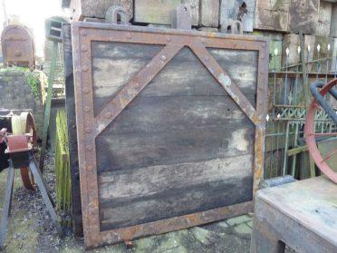 houte sluisbalken-40x40x165 cm. + houten sluisdeuren 2 stuks  170 x 170 cm.