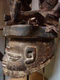 Yoruba opzetmasker met marionetten