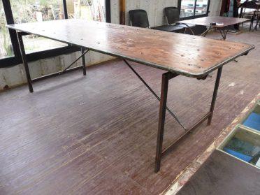 ijzeren tafel met houten blad