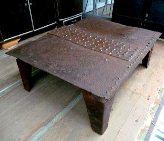 industriele salontafel van geklonken ijzer