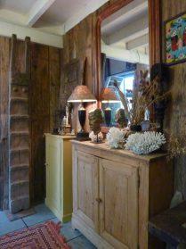 links houten trap uit Vietnam