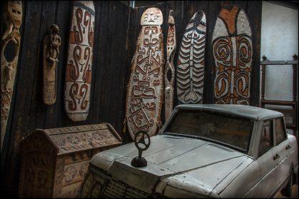 Asmat schilden-Nieuw Guinea en grafkist Mercedes-benz uit Ghana