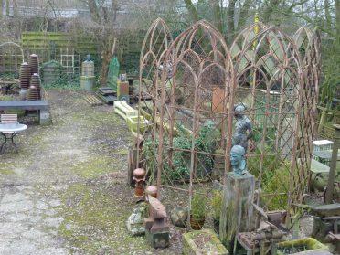 gietijzeren kerkramen-tuinprieel hoog 4 meter