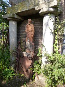 oude granieten ondersteunings palen-zandstenen trog- terracotta tuinbeeld