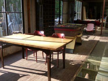 tafel met gietijzeren poten en thonet stoelen