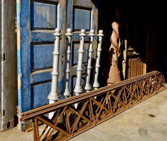 oude teakhouten dubbele deuren met restanten shabby blauwe verf