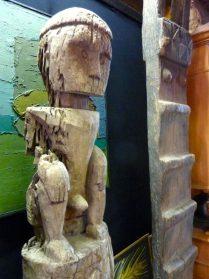 Flores voorouderbeeld hoog 2.00  / houten trap Vietnam hoog 3.20