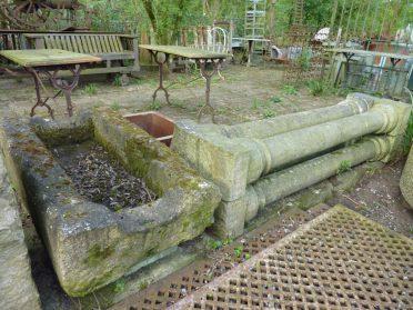 Tuinbak zandsteen trog en stenen pilaren
