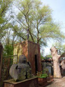 Tuinbeeld keramisch(is verkocht)+kubus van scheepsplaten