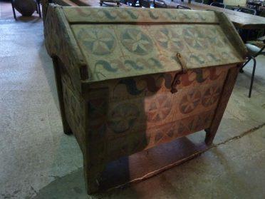 houten Roemeense kist hoog 93 cm. breed 102 cm.