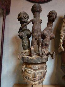 Yoruba masker met marionetten