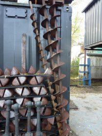 oude meelfabriekbakjes en ijzeren spindels