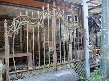 Frans hekwerk als tuindecor