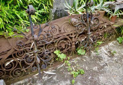 antieken muurankers + 18e eeuws raam-smeedwerk